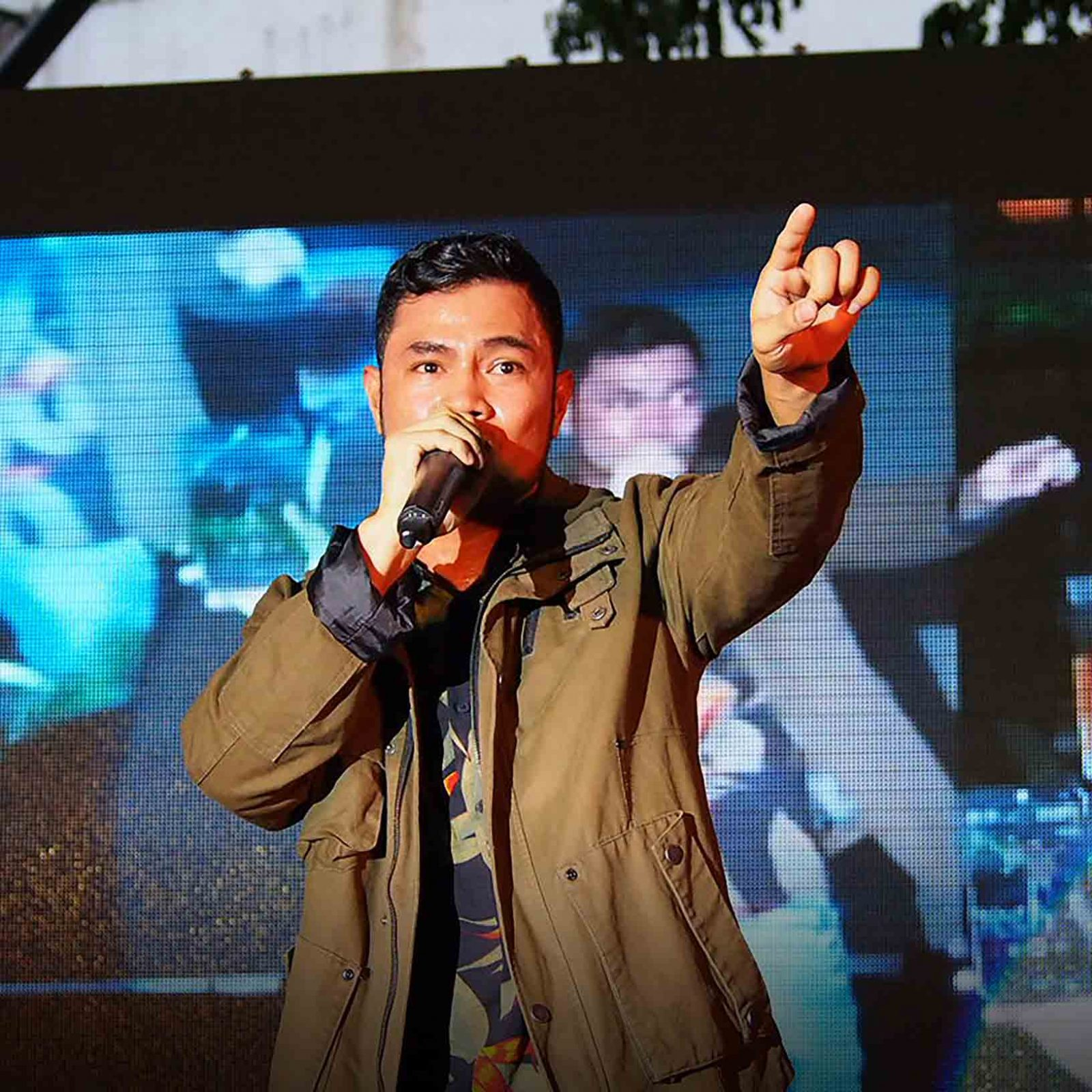 OPM star Bugoy Drilon showcases his distinctive vocal style as he performs in front of his cheering fans during Wish 107.5's anniversary bash.  (Photo courtesy of Photoville International)